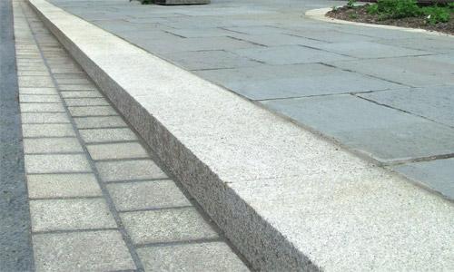 Гранитный бордюр в сочетации с гранитными плитами