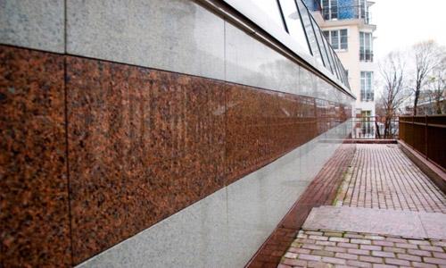 Облицовка фасада здания красным и белым мрамором