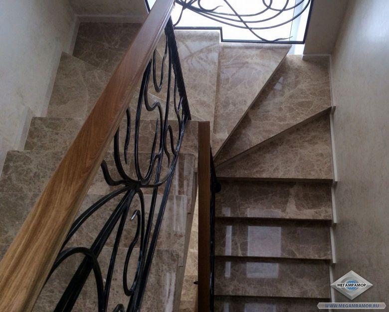 Узкая лестница из мрамора Имперадор Лайт