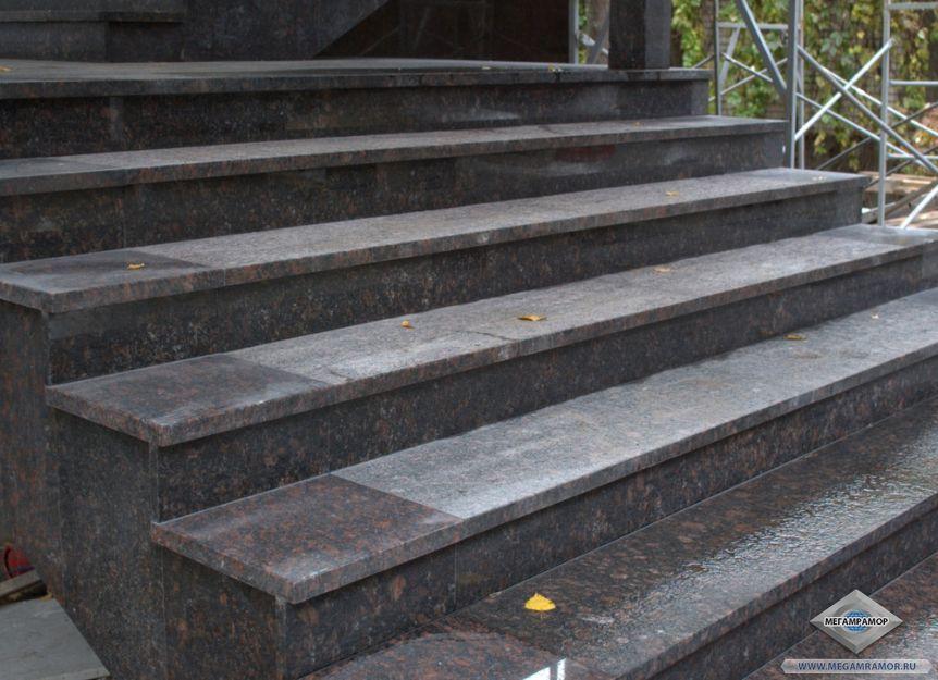 Лестница из гранита Тан Браун в частном коттедже